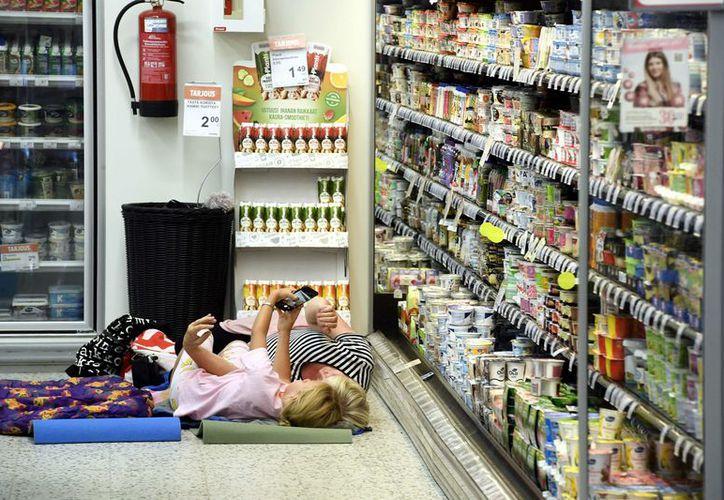 Cien personas fueron invitadas por la administración del supermercado de Finlandia. (AFP)