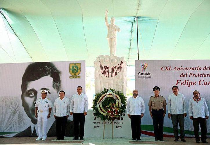 El gobernador de Yucatán, Rolando Zapata Bello, estará hoy en la colonia Polígono 108. Este sábado, presidió la ofrenda floral en honor a Felipe Carrillo Puerto. (yucatan.gob.mx)