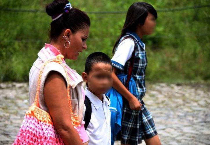 Algunos padres de familia acudieron a poner una queja ante la CEDHJ por la acción que tomó el director de rapar a los estudiantes. (Nacho Reyes/Milenio)