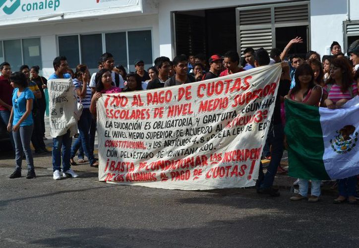 Los estudiantes de Conalep se manifestaron afuera de las instalaciones de la institución educativa. (Claudia Martín/SIPSE)