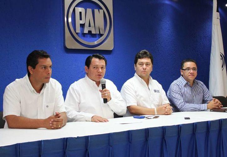 Este sábado fue presentado Díaz Mena (microfono en mano) como parte del Comité Directivo del PAN estatal. (Cortesía)