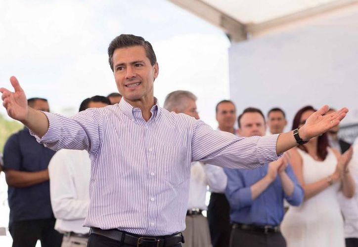 Luego de su visita al norte del país esta mañana, el presidente Enrique Peña Nieto aclaró que su gobierno respeta el fallo de la SCJN sobre la mariguana y aseguró que girará instrucciones para que se informe a la población sobre lo que implica esta decisión. (Presidencia)