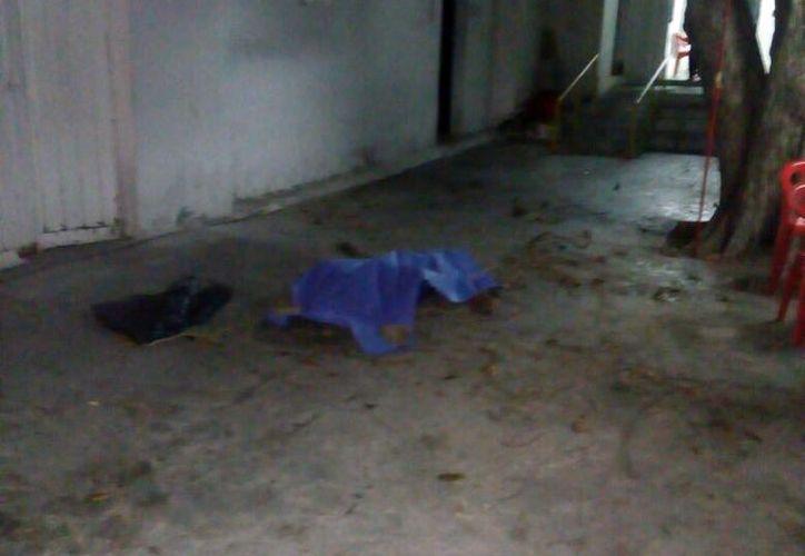 El cuerpo quedó a mitad del patio de la escuela. (SIPSE)