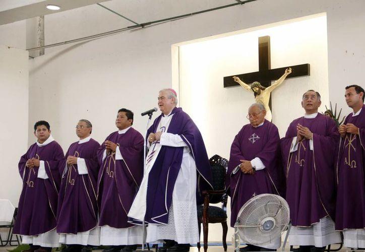 Mons. Berlie Belaunzarán alabó el compromiso de los jóvenes. (Juan Albornoz/SIPSE)