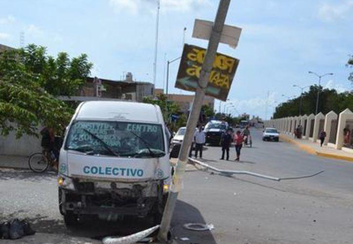 La camioneta tipo Van se impactó contra dos postes de luz. (Redacción/SIPSE)