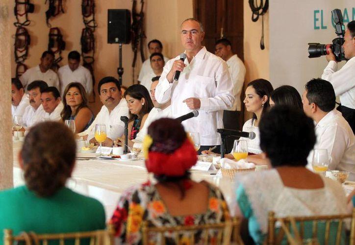 En el evento del el III Foro de Expectativas Agroalimentarias 2016, José Calzada Rovirosa, titular de Sagarpa, se comprometió el impulso a la mujer a productora. (Milenio Novedades)