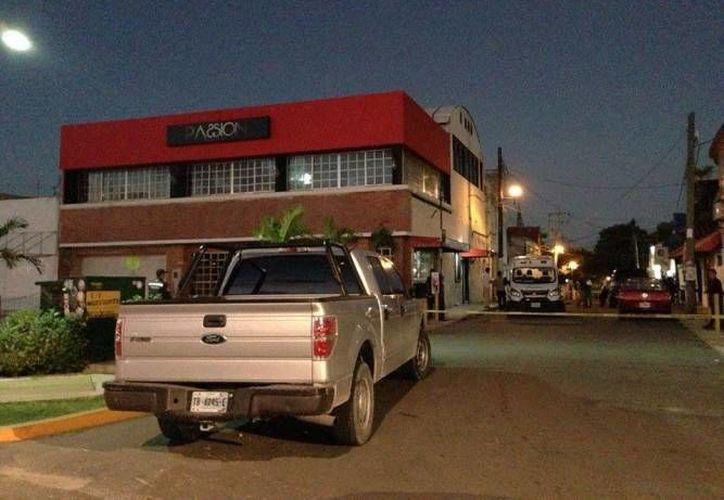 La balacera se registró en un bar de la avenida Tulum en Cancún. (Redacción/SIPSE)