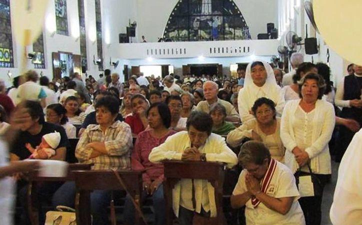El Papa Francisco invita a obtener la indulgencia participando en los sacramentos y las oraciones. Imagen de un grupo de fieles en la iglesia de Fátima. (Milenio Novedades)