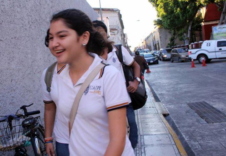 La Uady informó que las clases son obligatorias, por lo que se contará la asistencia y se validarán los exámenes. Imagen de una alumna de la Preparatoria. (Milenio Novedades)