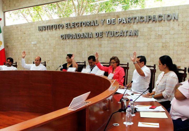 Imagen de la sesión de ayer donde los consejeros del Iepac aprobaron las nuevas siglas y el logotipo oficiales del instituto. (Milenio Novedades)
