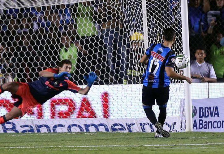 Un penal permitió a Querétaro abrir el marcador para ganarle a Santos 3-0 el partido de vuelta, pero insuficiente para remontar el 5-0 de la ida. (Notimex)