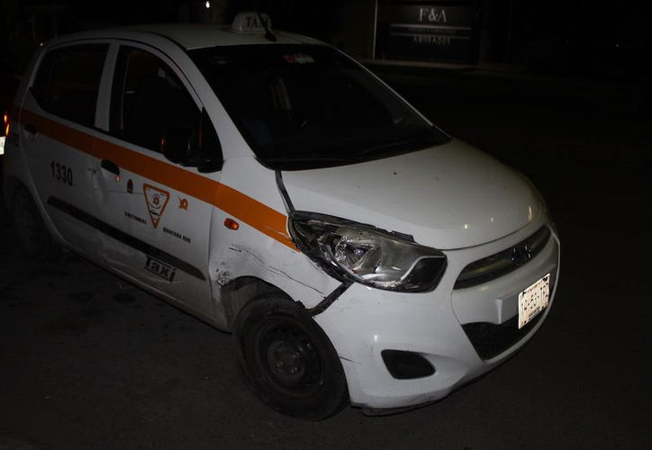 Conductor del taxi despertó cuando sintió el impacto contra el vehículo estacionado. (Foto: Redacción/SIPSE)