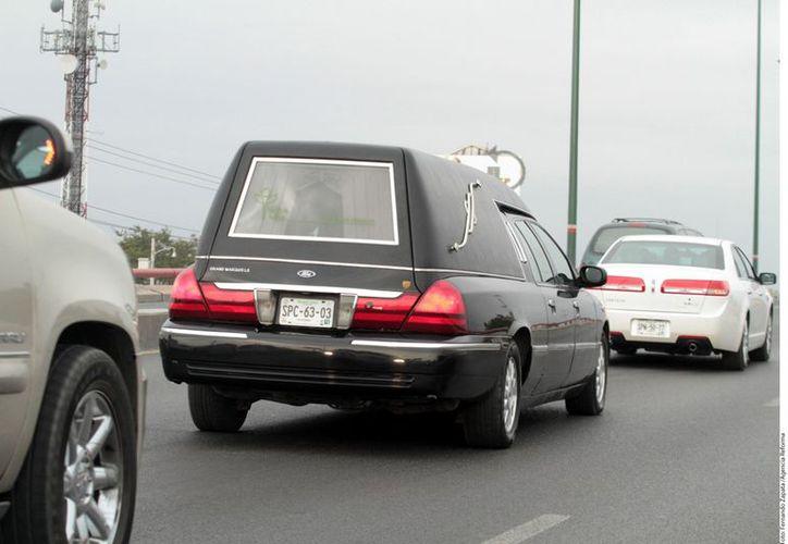 Los restos de la Diva de la Banda en camino al aeropuerto de Monterrey. (Reforma)