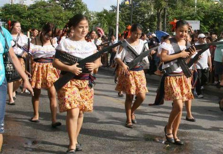 El desfile cívico-deportivo implicará el cierre de algunas vialidades para permitir la marcha de los contingentes estudiantiles. (Archivo/SIPSE)