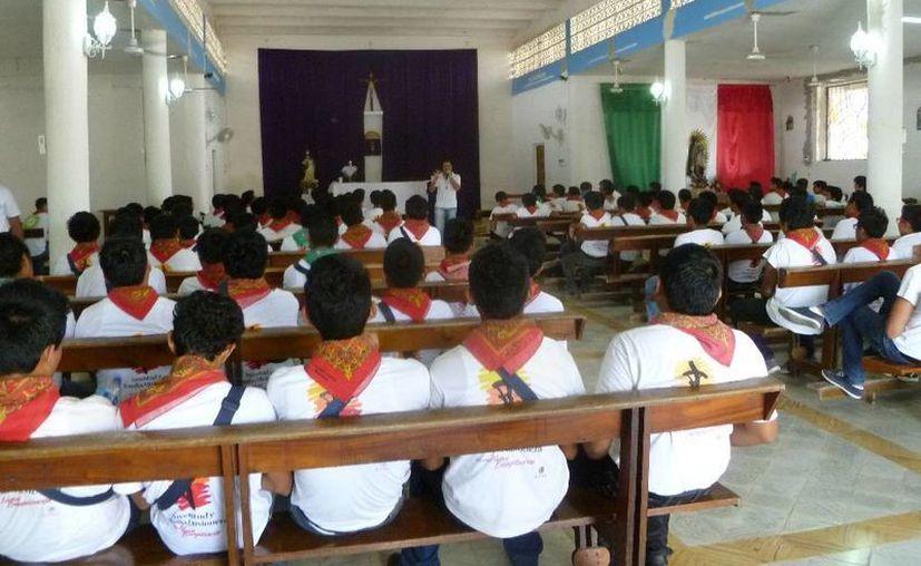 Los jóvenes se concentraron en la iglesia de la Inmaculada Concepción. (Raúl Balam/SIPSE)