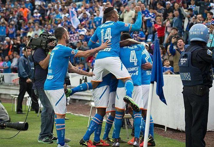 El Cruz Azul venció este sábado a los Rayados del Monterrey 4-0, e incluso se dio 'el lujo' de fallar un penal por conducto de Joffre Guerrón. (Méxsport)