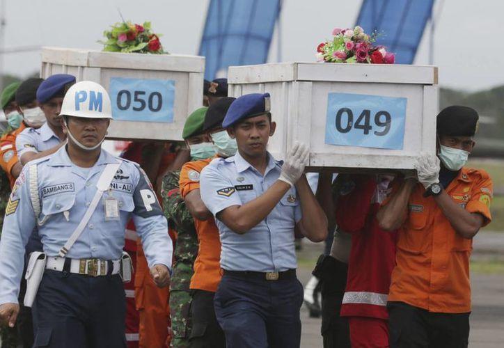 Hasta el momento, los cuerpos de rescate han recuperado 53 de los 162 cuerpos de las víctimas del accidente. (AP)
