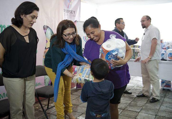 Familiares de reos del Cereso reciben productos de la canasta básica como frijol, arroz, galletas, sal, papel  higiénico y pasta dental, entre otros. (Foto cortesía del Gobierno de Yucatán)