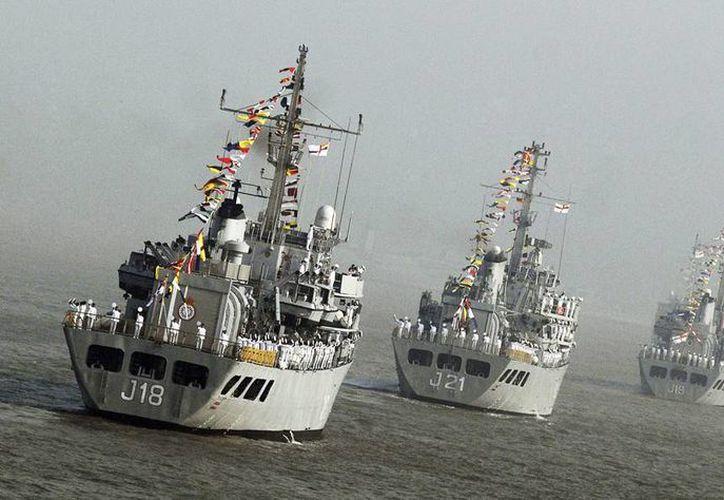 Buques de guerra de la armada india cerca de la costa de Bombay. (EFE/Archivo)