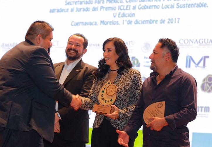 Momento en que la alcaldesa recibió el galardón del ICLEI. (Cortesía)