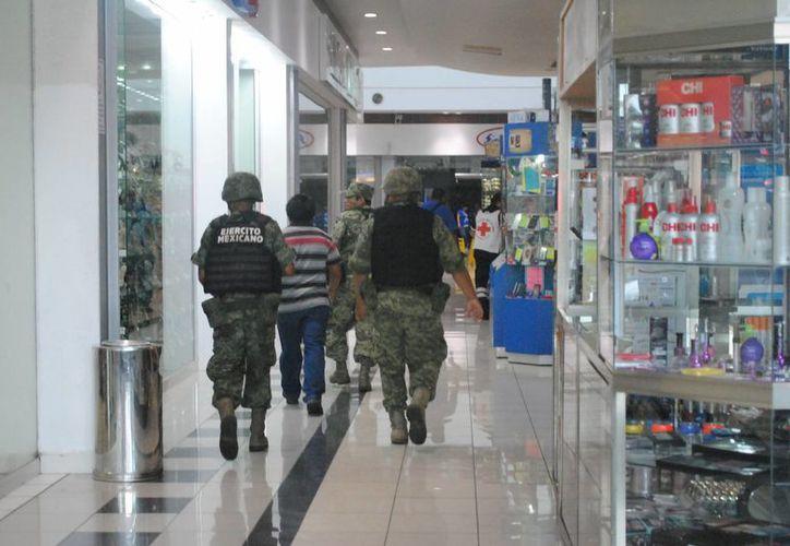 Al lugar arribaron corporaciones policíacas, así como personal de la Armada de México y Ejército Mexicano. (Eric Galindo/SIPSE)