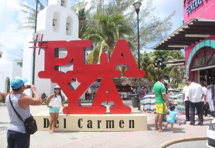 Turistas y locales se detenían para tomarse una foto del recuerdo. (Daniel Pacheco/SIPSE)