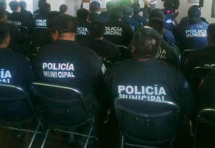 La capacitación de los agentes policiales del destino turístico se impartió en la biblioteca de la Casa de la Cultura. (Cortesía)