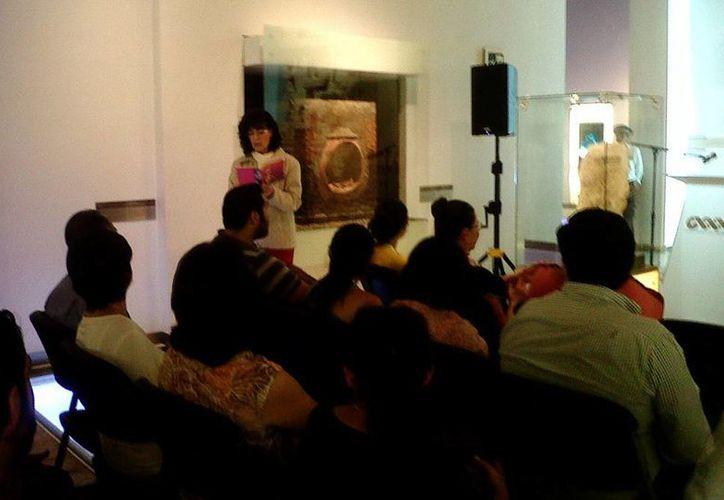 La actriz Nuria Bages ofreció pasajes llenos de frescura y humor en la lectura que ofreció en el Museo de la Cultura Maya. (SIPSE)