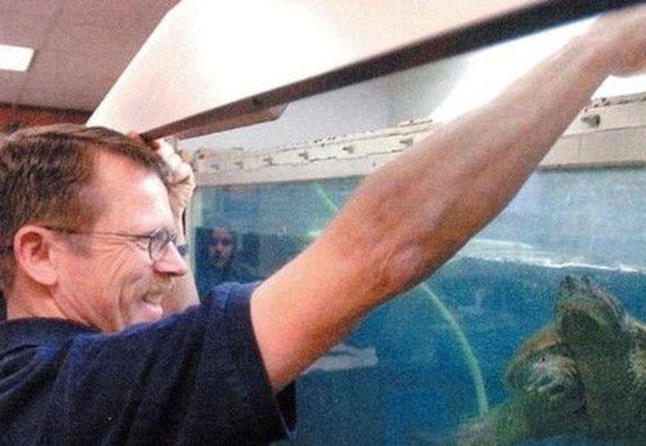 El profesor Robert Crossland arrojó al perrito, presuntamente enfermo, al tanque de los depredadores. (Foto: Franklin County Sherifs)