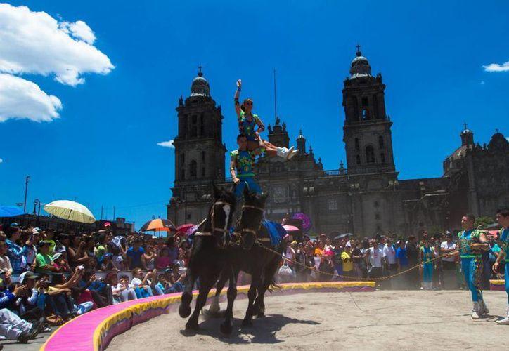 Cirqueros en protesta pacífica con animales en el Zócalo capitalino. (Notimex)