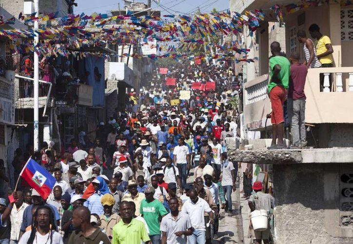 Cientos de personas exigen la suspensión de las elecciones presidenciales en Haití tras considerar que hubo fraude en la primera ronda. (AP)