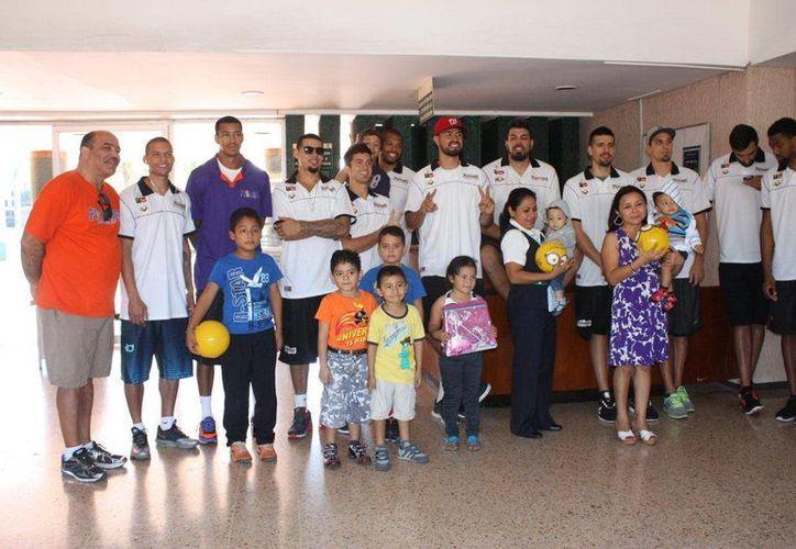 Los jugadores de Pioneros de Quintana Roo realizaron labor social visitando a niños en el Día de Reyes. (Redacción/SIPSE)