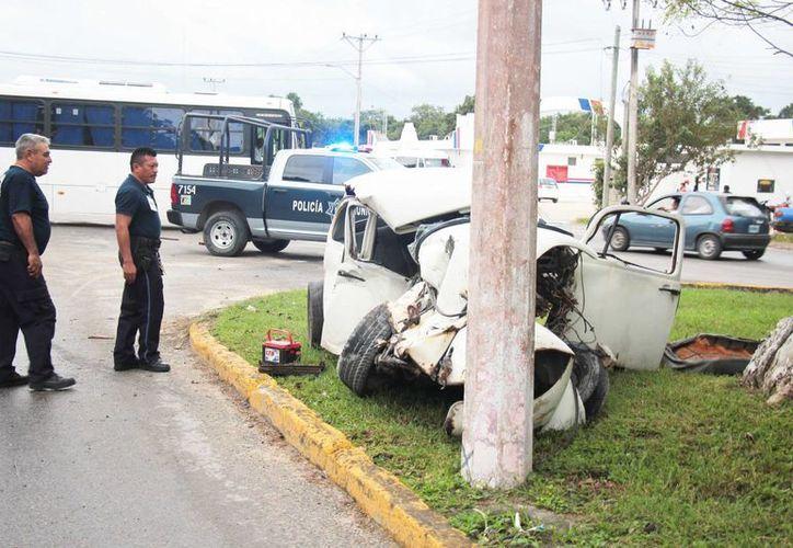 El conductor del  Volkswagen perdió la vida en el hospital. (Gustavo Villegas/SIPSE)