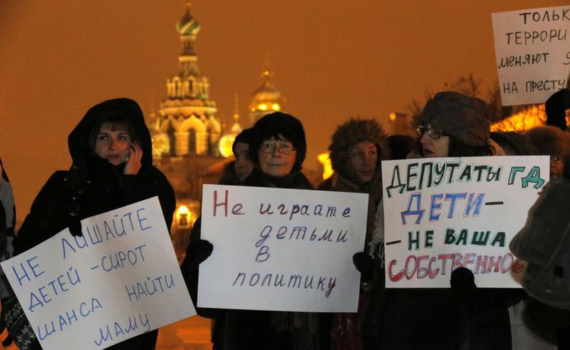 """Activistas rusos de la oposición se manifiestan: """"No involuquen a niños en la política"""" y """"Legisladores, los niños no son de su propiedad"""". (Agencias)"""