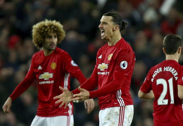 Con su 14avo gol de la campaña, Zlatan Ibrahimovic evitó la derrota en Old Trafford del Manchester United. (AP)
