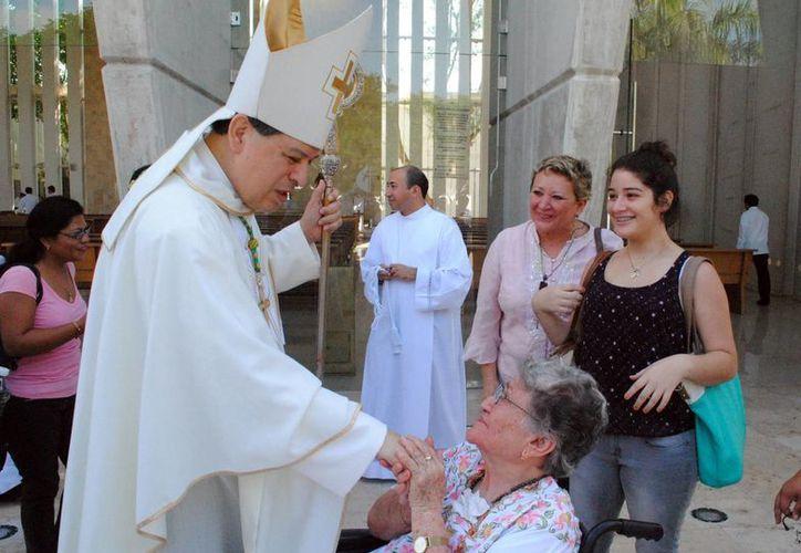 Mons. Rodríguez Vega saludó a los fieles después de la misa de acción de gracias por sus 35 años de vida sacerdotal. (Milenio Novedades)