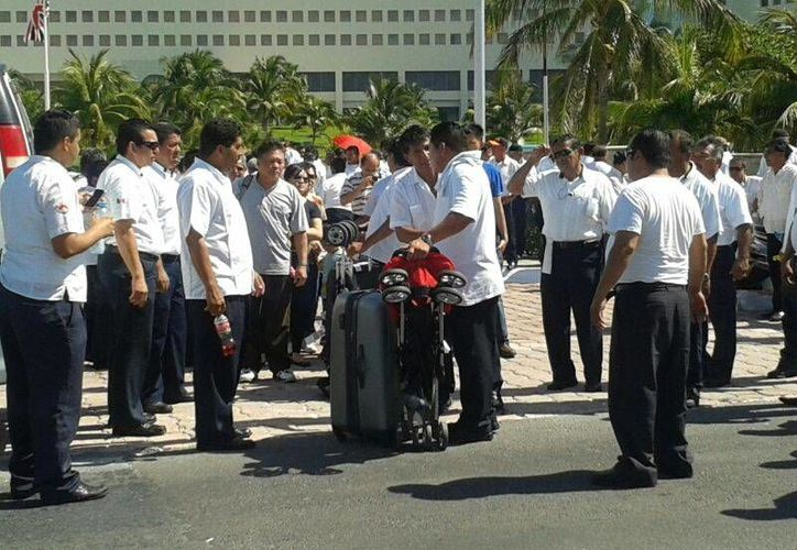 Se espera que en los próximos minutos acudan más taxistas a la manifestación. (Renán Moguel/SIPSE)