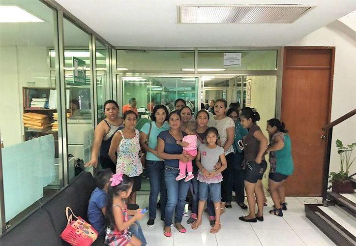 Las mujeres presentaron un documento a la Secretaría. (Claudia Martín/ SIPSE)