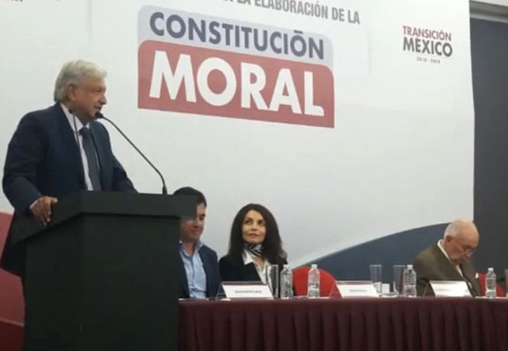 El presidente electo de México, Andrés Manuel López Obrador, presentó este lunes la convocatoria para elaborar la Constitución Moral. (Facebook)