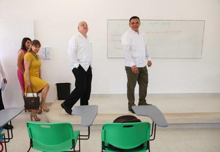 El gobernador Rolando Zapata durante un recorrido por el nuevo plantel del Colegio de Estudios Científicos y Tecnológicos (Cecytey) en Conkal. (Foto cortesía del Gobierno de Yucatán)