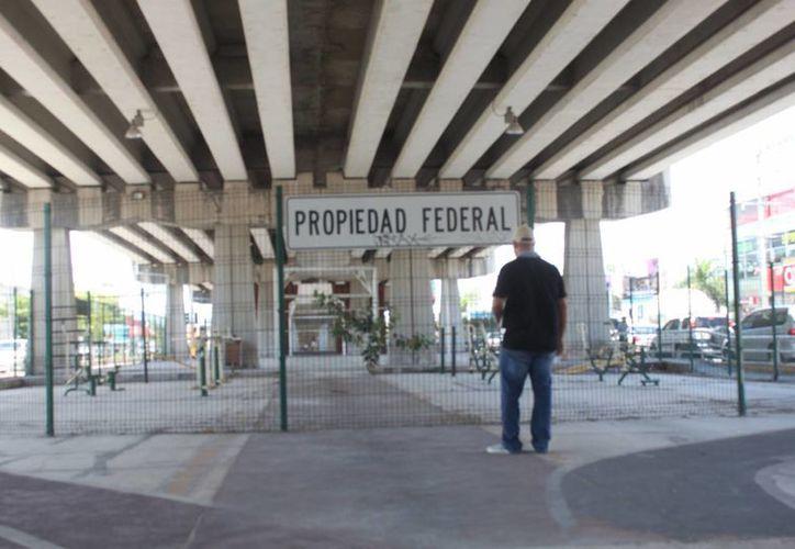 Las instalaciones deportivas debajo de los puentes de Playa del Carmen cumplen cuatro años sin poder aprovecharse. (Daniel Pacheco/SIPSE)