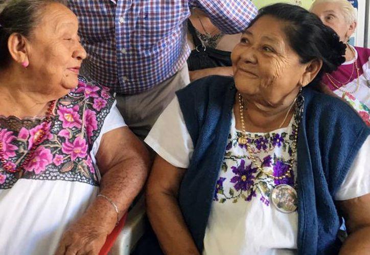 Imagen de las beneficiarias que recibieron su cobertor del Programa Bienestar Invernal de la Sedesol. (Milenio Novedades)