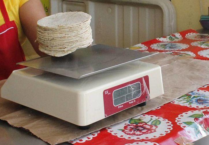 Los vendedores independientes ofertan la tortilla tres pesos menos de lo establecido. (Hugo Zúñiga/SIPSE)