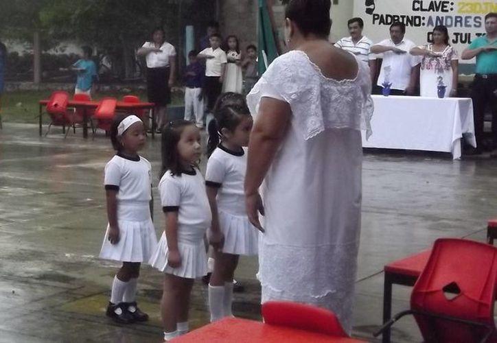 Alumnos de preescolar recibieron sus reconocmientos bajo la lluvia. (Carlos Yabur/SIPSE)