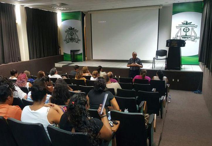 La convención se desarrolla en el auditorio de la Uqroo, en la que participan especialistas de España, Colombia y México. (Redacción/SIPSE).