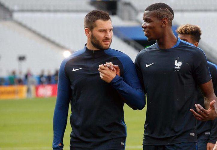 El jugador de Tigres, André-Pierre Gignac (derecha), vería actividad como titular este domingo cuando Francia enfrente a Suiza en el cierre de la ronda grupal, esto en el sector A. (Archivo/ AP)