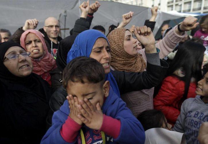 Refugiados sirios acampados en la plaza Syntagma se manifiestan para solicitar asilo a Grecia, en Atenas. (EFE)