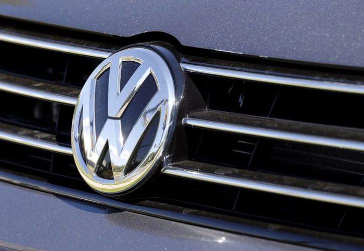 Volkswagen no identificó los modelos afectados pero dijo que la falla no comprometía la seguridad de los automotores. Imagen del logo de VW en un vehículo en el Salón del Automóvil en Francfort el 22 de septiembre del 2015. (Foto AP)