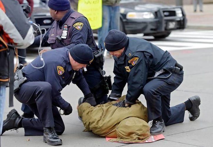 La brutalidad policial ha sido uno de las factores para que la gente salga a protestar. (Archivo/AP)