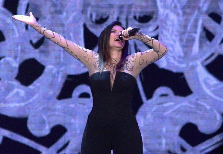 El videoclip se dio a conocer el pasado viernes, a través de las diferentes redes sociales de la cantante. En la foto, Laura Pausini durante una de sus presentaciones.(Notimex)